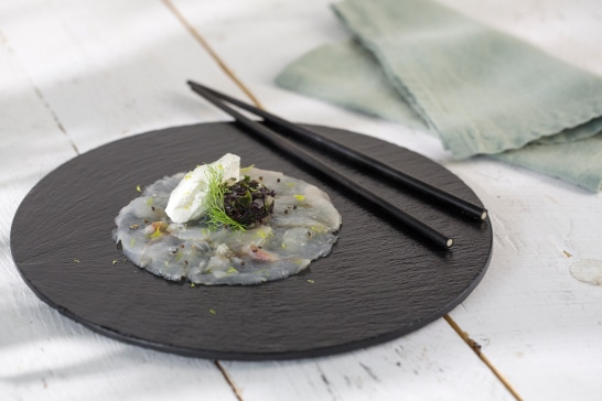 Carpaccio de bar au caviar d'algues, crème zestée