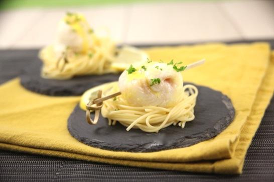 Nids de spaghetitis et filets de daurade roulés, crème au safran